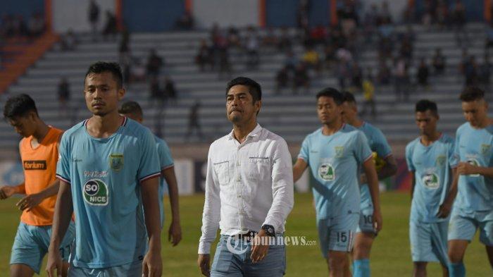 Pelatih Persela Lamongan, Nil Meisar berjalan ke tepi lapangan usai menjamu PSIS Semarang di Stadion Surajaya Lamongan, Jumat (18/10/2019).  PSIS Semarang memenangkan laga ini dengan skor tipis 0-1. SURYA/Sugix Harto