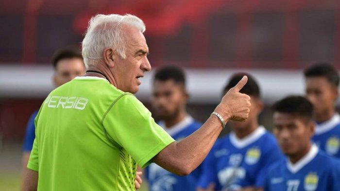 Pelatih Persib Sudah Menganalisis Permainan Persija: Soroti Kondisi Fisik dan Kualitas Lapangan