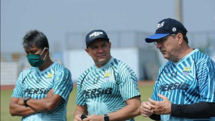 Pelatih Persib Bandung, Robert Alberts bersama Luizinho Passos (tengah) dan Gatot Prasetyo (paling kiri).