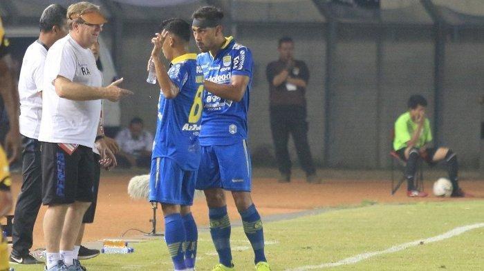 Pelatih Persib Bandung, Robert Alberts memberikan arahan kepada Abdul Aziz dan Omid Nazari.