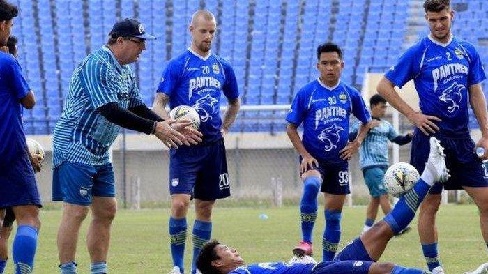 Pelatih Persib Bandung, Robert Rene Alberts, memimpin latihan anak asuhnya