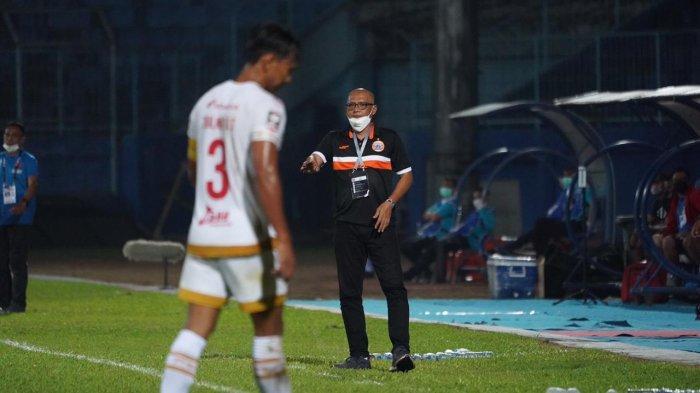 Pelatih Persija Jakarta, Sudirman memberikan arahan dalam pertandingan perdana fase grup Piala Menpora 2021 menghadapi PSM Makassar di Stadion Kanjurhan, Malang, pada Senin (22/3/2021).