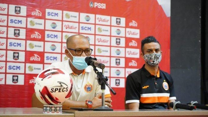Pelatih Persija Sudirman (kiri)