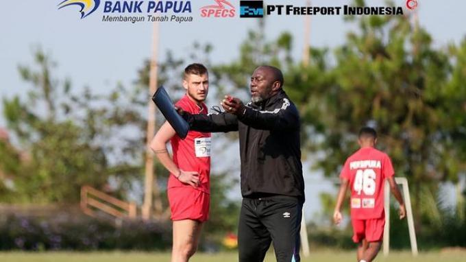 Pelatih Persipura Jayapura, Jacksen F Tiago memberikan arahan kepada para pemainnya dalam latihan bersama sebagai persiapan Liga 1 2021.