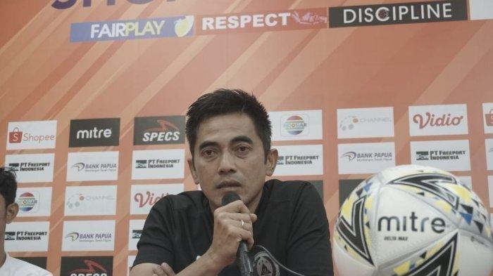 Pelatih PSS Sleman, Seto Nurdiantoro, memberikan keterangan kepada awak media jelang laga lawan Persipura Jayapura, Kamis (30/5/2019).