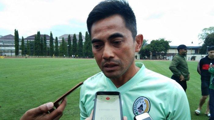 Pelatih PSS Sleman, Seto Nurdiyantoro saat memimpin latihan rutin PSS Sleman, Senin (4/11/2019) di Lapangan Sepakbola UNY Yogyakarta