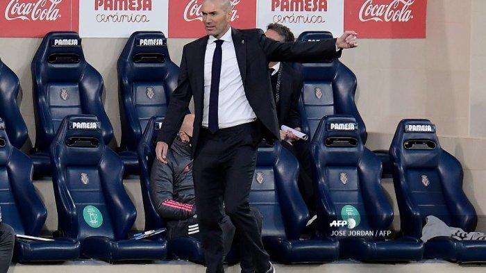 Pelatih Real Madrid Prancis Zinedine Zidane bereaksi selama pertandingan sepak bola Liga Spanyol antara Villarreal dan Real Madrid di stadion La Ceramica di Vila-real pada 21 November 2020. JOSE JORDAN / AFP