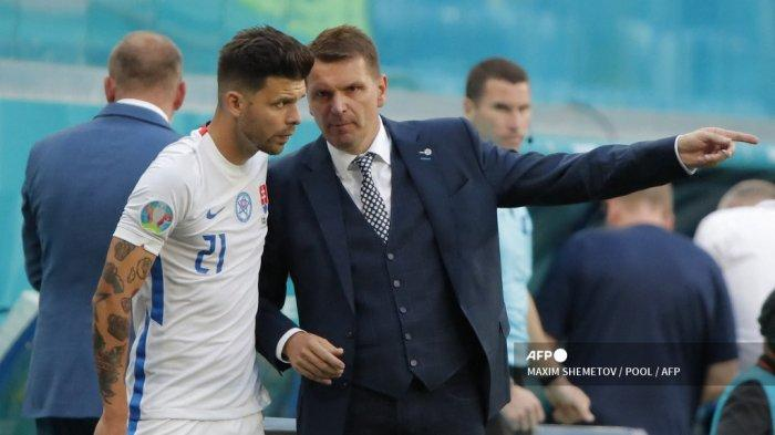 Pelatih Slovakia Stefan Tarkovic (kanan) berbicara kepada penyerang Slovakia Michal Duris selama pertandingan sepak bola Grup E UEFA EURO 2020 antara Swedia dan Slovakia di Stadion Saint Petersburg di Saint Petersburg pada 18 Juni 2021. MAXIM SHEMETOV / POOL / AFP