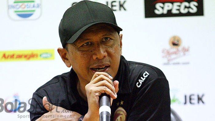 Pelatih Sriwijaya FC Rahmad Darmawan memberi keterangan kepada awak media usai pertandingan, Minggu (22/4/2018) di Gelora Bung Tomo Surabaya.