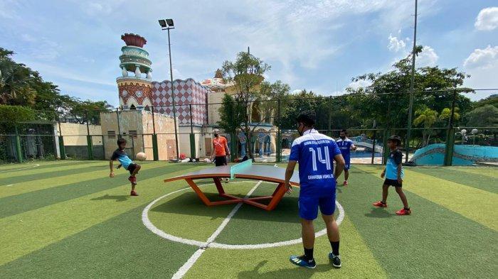 Pelatih Teqball asal Hungaria, Bence Forgacs yang membela klub BP Teqers Hungaria berkunjung ke klub teqball SMPN 111 yang berada di Jl Bhakti VII/2 Komplek Pajak Kemanggisan Kecamatan Pal Merah, Jakarta Barat, Jumat (27/11/2020).