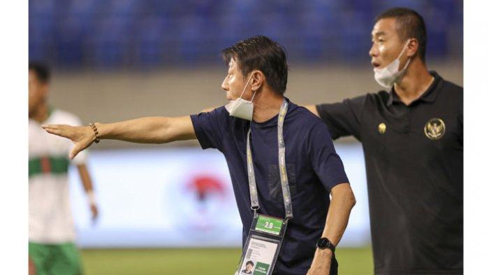 Pelatih Timnas Indonesia, Shin Tae-yong memberi instruksi anak asuhnya saat menghadapi Vietnam dalam lanjutan Kualifikasi Piala Dunia 2022 zona Asia, di Stadion Al Maktoub, Dubai, UEA, Senin (7/6/2021).