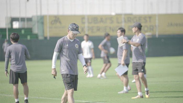 Pelatih Timnas Indonesia, Shin Tae-yong memimpin pemusatan latihan skuatnya di Dubai, Uni Emirat Arab.