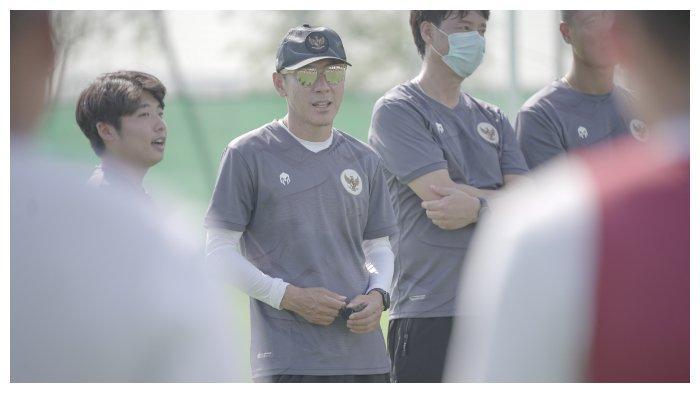 Pelatih Timnas Indonesia, Shin Tae-yong saat memberikan instruksi dalam sesi latihan Timnas Indonesia jelang Kualifikasi Piala Dunia 2022, Sabtu (22/5/2021)