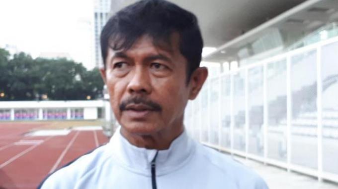 Pelatih Timnas Indonesia U-23, Indra Sjafri saat diwawancarai setelah memimpin latihan di Stadion Madya, Jakarta, Senin (11/3/2019).