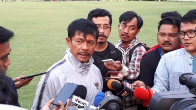 Pelatih Timnas Indonesia U-23, Indra Sjafri saat diwawancarai seusai latihan di Lapangan G, Senayan, Jakarta, Jumat (15/11/2019).