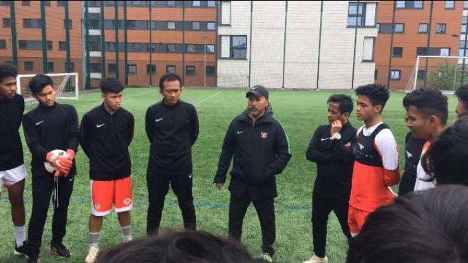Pelatih Timnas U-19 Indonesia, Fakhri Husaini memimpin latihan Garuda Select di komples Aston University, Birmingham, Inggris, Jumat (3/5/2019).