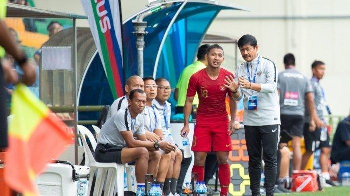 Pelatih Timnas U-23 Indonesia Indra Sjafri memberikan instruksi kepada Gian Zola.