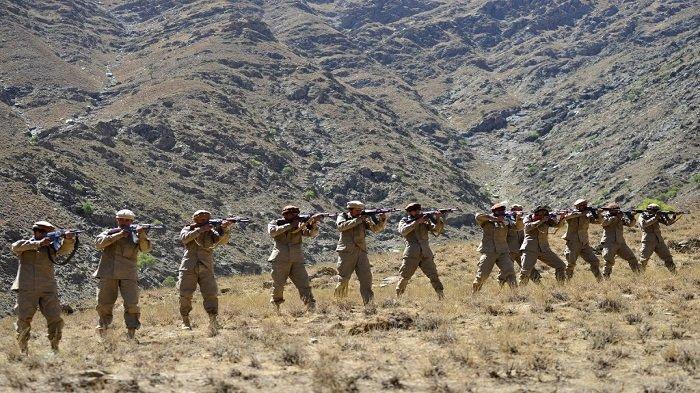 Gerakan perlawanan Afghanistan dan pasukan pemberontakan anti-Taliban mengambil bagian dalam pelatihan militer di daerah Malimah di distrik Dara di provinsi Panjshir pada 2 September 2021 saat lembah itu tetap menjadi tempat persembunyian besar terakhir pasukan anti-Taliban. Ahmad SAHEL ARMAN / AFP