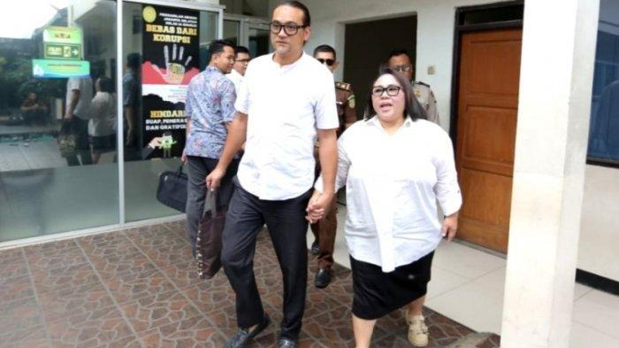 Pelawak Nunung Srimulat terus menggenggam erat tangan July Jan Sambiran, suami yang juga manajernya, ketika menjalani persidangan di Pengadilan Negeri Jakarta Selatan, Rabu (27/11/2019). Agenda sidang adalah mendengar vonis untuk pasangan selebritas tersebut. (Warta Kota/Arie Puji Waluyo)