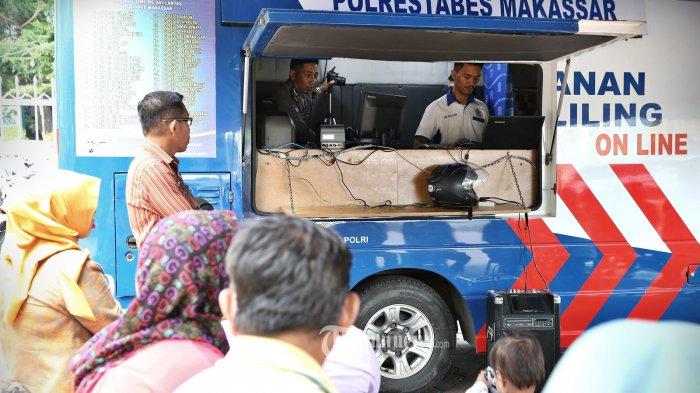 Sejumlah warga melakukan proses perpanjangan SIM saat diadakan pelayanan SIM Keliling oleh Polrestabes Makassar, Kamis (1/11). Permintaan perpanjangan sim meningkat seiring dimulainya oprasi zebra yang serentak dilaksanakan di seluruh kota di Indonesia. tribun timur/muhammad abdiwan