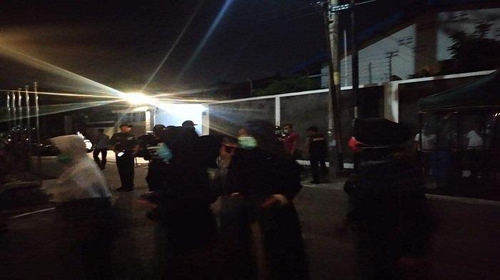 Pelayat berdatangan di rumah duka Ibunda Jokowi di Sumber, Solo, Rabu (25/3/2020) malam