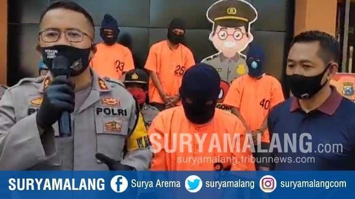 MH, pria yang berprofesi sebagai guru SMP di Bojonegoro, Jawa Timur, telah memperdayai 25 gadis untuk berfoto vulgar.