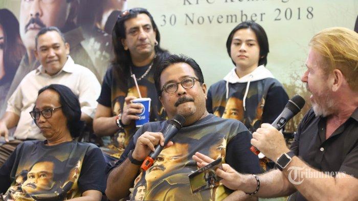 Pemeran film Si Doel The Movie Rano Karno, Adam Jagwani, Mandra, dan Rey Bong saat peluncuran DVD di KFC Kemang, Jakarta, Jumat (30/11/2018). Falcon Pictures dan Karnos Film bekerjasama dengan Jagonya Music & Sport Indonesia (JMSI) dan KFC Indonesia merilis DVD film Si Doel The Movie untuk memenuhi permintaan penggemar yang belum menonton di bioskop. TRIBUNNEWS/HERUDIN
