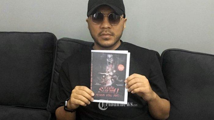 Andi Agus Fabianto Direktur Loveable Group dan CDS, memperlihatan cover novel Menari atau Mati: Narik Sukmo.