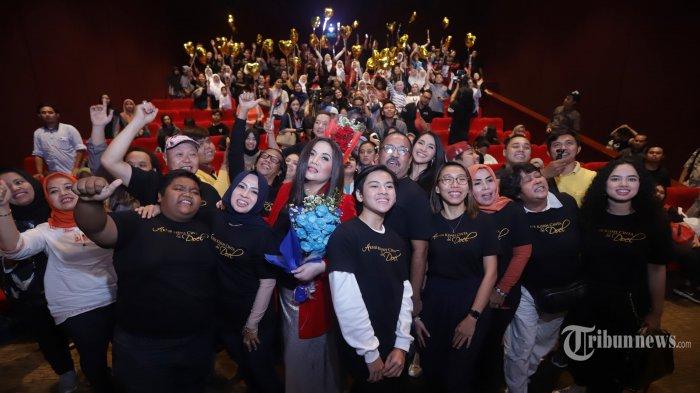 Aktor Rano Karno bersama Aktris Cornelia Agatha, Maudy Kusnaedi dan Produser Film Si Doel The Movie Frederica serta sejumlah pendukung lainnya memberikan keterangan pers peluncuran poster dan trailer Film Si Doel the Movie 3 di Jakarta, Senin (16/12/2019). Film yang merupakan seri terakhir dari film Si Doel The Movie tersebut berjudul Akhir Kisah Cinta Si Doel dan akan tayang pada Januari mendatang. TRIBUNNEWS/HERUDIN