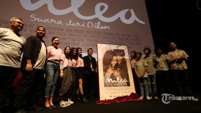 Para pemain film layar lebar Milea Suara dari Dilan berfoto saat peluncuran poster dan trailer film Milea di XXI Epiwalk, Kuningan, Jakarta Selatan, Senin (9/12/2019). Film Milea Suara dari Dilan akan diputar di bioskop pada 13 Februari 2020 mendatang. Salah satu sponsornya adalah wafer Tango, yang sekaligus meluncurkan kemasan edisi khusus Milea sebagai program dukungan perbaikan gizi anak Indonesia. Warta Kota/Angga Bhagya Nugraha