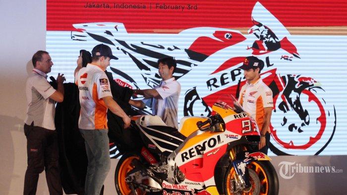 Pebalap Tim Repsol Honda Marc Marquez (kedua kiri) dan Dani Pedrosa (kanan) bersama General Manager Race Operations Management Division Honda Racing Corporation Tetsuhiro Kuwata (kedua kanan) dan Team Principal Livio Suppo membuka penutup motor balap ketika peluncuran Tim Repsol Honda MotoGP 2017 di JI Expo, Jakarta, Jumat (3/2/2017). Tim balap MotoGP Repsol Honda menggunakan Honda RC213V pada ajang MotoGP musim 2017. TRIBUNNEWS/IRWAN RISMAWAN