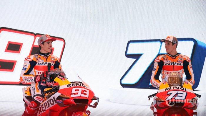 Pembalap Repsol Honda untuk MotoGP 2020 Marc Marquez dan Alex Marquez saat berfoto disela-sela peluncuran tim Repsol Honda di Hotel Shangrila, Jakarta Selatan, Selasa (4/2/2020). Marc Marquez masih mengenakan nomor 93 sebagai andalannya dan Alex Marquez akan menggunakan nomor 73 pada musim balap 2020. Tribunnews/Jeprima