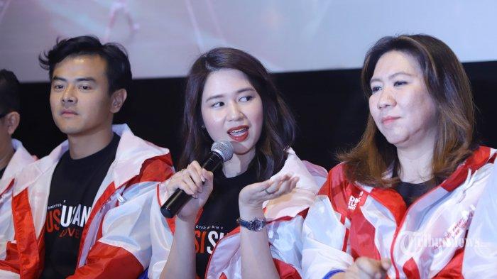 Aktris Laura Basuki (tengah) didampingi aktor Dion Wiyoko (kiri) dan Susi Susanti saat acara peluncuran trailer film Susi Susanti Love All, di Jakarta, Rabu (18/9/2019). Film yang berkisah tentang perjalanan hidup Susi Susanti itu akan tayang pada 24 Oktober 2019. Tribunnews/Herudin