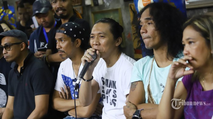 Personel grup band Slank Bimbim, Ridho, Kaka, dan Ivanka bersama musisi ananda sukarlan dan Oppie Andaresta memberikan keterangan pers tentang peluncuran video klip bertajuk #BARENGJOKOWI di markas Slank, Gang Potlot, Jakarta, Jumat (15/3/2019). Slank meluncurkan video klip #BARENGJOKOWI yang berkolaborasi dengan 100 seniman, influencer, olahragawan dan budayawan yang memiliki kesatuan hati untuk Indonesia. TRIBUNNEWS/HERUDIN