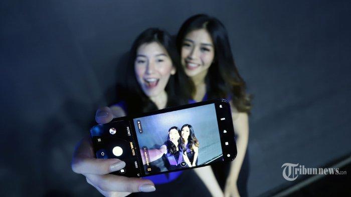 SPG saat mencoba berselfie menggunakan vivo V17 Pro disela-sela peluncurannya di Hotel Sheraton, Gandaria City, Jakarta Selatan, Senin (23/9/2019). Vivo V17 Pro di Indonesia akan dibanderol dengan harga Rp 5.699.000. Vivo sendiri sudah menggelar pre-order smartphone ini mulai 23 hingga 30 September 2019 di gerai resmi Vivo, baik offline dan online yang ada di sejumlah platform e-commerce di Indonesia. Tribunnews/Jeprima