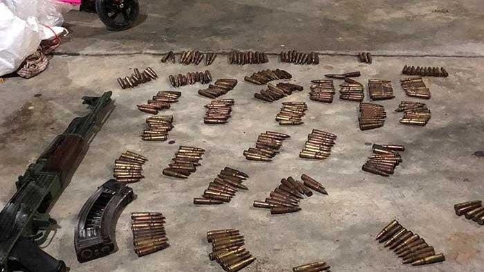Aparat kepolisian masih terus melakukan pengembangan terhadap kelompok kriminal bersenjata (KKB) yang berhasil dilumpuhkan, Kamis (19/9/2019) di Pidie Jaya. Saat digeledah rumah, tim gabungan menemukan barang bukti berupa senjata api AK, peluru sebanyak 300-an butir dan magasin AK.