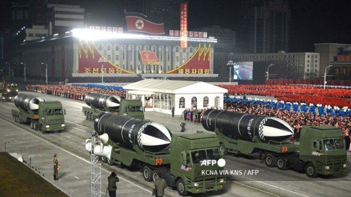Gambar ini diambil pada 14 Januari 2021 dan dirilis dari Kantor Berita Pusat Korea (KCNA) resmi Korea Utara pada 15 Januari menunjukkan peluru kendali balistik berbasis kapal selam selama parade militer merayakan Kongres ke-8 Partai Pekerja Korea ( WPK) di Pyongyang.