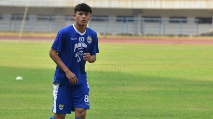 Pemaian timnas Indonesia U-18 Alfeandra Dewangga saat berlatih bersama Persib bandung