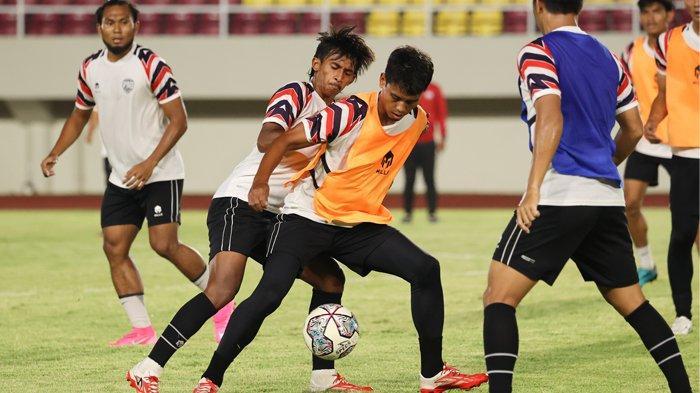 Pemain AHHA PS Pati FC, Sutan Zico saat menjalani official training (OT) di Stadion Manahan, Solo, Jumat (24/9/2021) malam. AHHA PS Pati FC akan menghadapi Persis Solo dalam pembukaan Liga 2 2021/2022 pada Minggu (26/9/2021) di Stadion Manahan, Solo.