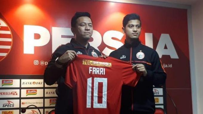 Pemain anyar Persija Syafrizzal Mursalin Agri atau yang biasa dipanggil Farri Agri saat diperkenalkan di Kantor Persija, Kuningan, Jakarta, Rabu (18/9/2019).