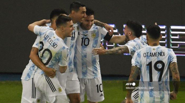 Pemain Argentina Angel Di Maria (kiri) merayakan dengan rekan satu timnya setelah mencetak gol ke gawang Brasil selama pertandingan final turnamen sepak bola Copa America Conmebol 2021 di Stadion Maracana di Rio de Janeiro, Brasil, pada 10 Juli 2021.