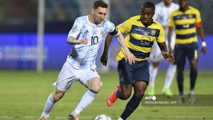Pemain Argentina Lionel Messi (kiri) dan pemain Ekuador Jhegson Mendez berebut bola dalam pertandingan perempat final turnamen sepak bola Copa America Conmebol 2021 di Stadion Olimpiade di Goiania, Brasil, pada 3 Juli 2021.