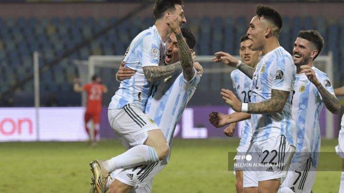 Pemain Argentina Lionel Messi (kiri) melakukan selebrasi bersama pemain Argentina Angel Di Maria (tengah) dan rekan setimnya setelah mencetak gol ke gawang Ekuador dalam pertandingan perempat final turnamen sepak bola Copa America Conmebol 2021 di Stadion Olimpiade di Goiania, Brasil, pada 3 Juli 2021.