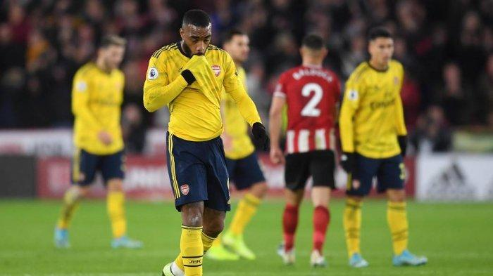 Pemain Arsenal, Alexader Lacazette tertunduk lesu setelah timnya dikalahkan Sheffield United, Selasa (22/10/2019)