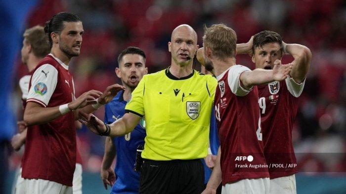 Para pemain Austria memohon kepada wasit Inggris Anthony Taylor (tengah) selama pertandingan sepak bola babak 16 besar UEFA EURO 2020 antara Italia dan Austria di Stadion Wembley di London pada 26 Juni 2021.