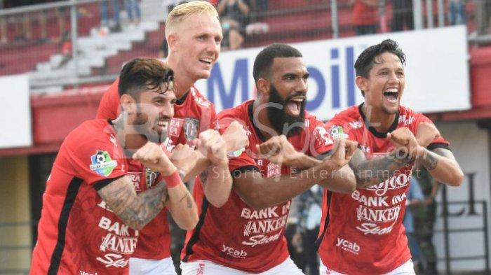 Perayaan gol dari para pemain Bali United, Stefano Lilipaly, Nick van der Velden, Sylvano Comvalius, dan Irfan Bachdim,, setelah menjebol gawang Mitra Kukar dalam laga lanjutan Liga 1 di Stadion Kapten I Wayan Dipta, Gianyar, pada Minggu (27/8/2017).