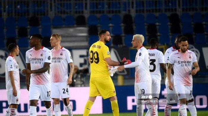 Para pemain bereaksi setelah mengheningkan cipta selama satu menit untuk para korban kecelakaan kereta gantung yang terjadi sebelumnya di Stresa dan menewaskan 13 orang, sebelum pertandingan sepak bola Serie A Italia Atalanta Bergamo vs AC Milan pada 23 Mei 2021 di stadion Atleti Azzurri d'Italia. di Bergamo.