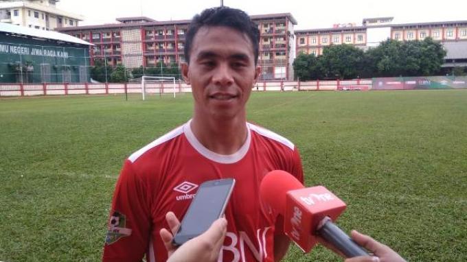 Pemain Bhayangkara FC, Alsan Sanda saat diwawancarai setelah menjalani latihan di Stadion PTIK, Jakarta, Senin (25/3/2019).