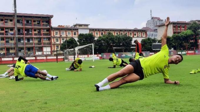Pemain Bhayangkara FC, Indra Kahfi saat menjalani latihan mandiri bersama lima pemain Bhayangkara FC lainnya di Stadion PTIK, Jakarta, Jumat (5/6/2020).