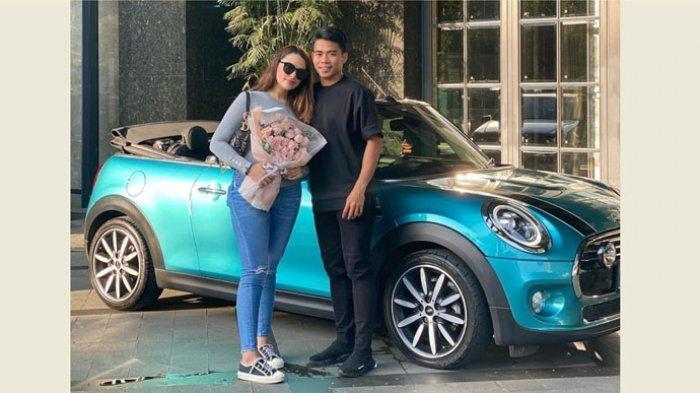 Pemain Bhayangkara FC, Nurhidayat Haji Haris foto bersama sang kekasih, Sarah Ahmad di depan sebuah mobil Mini Cooper yang merupakan hadiah Nurhidayat untuk hari jadi hubungannya yang keenam bulan.